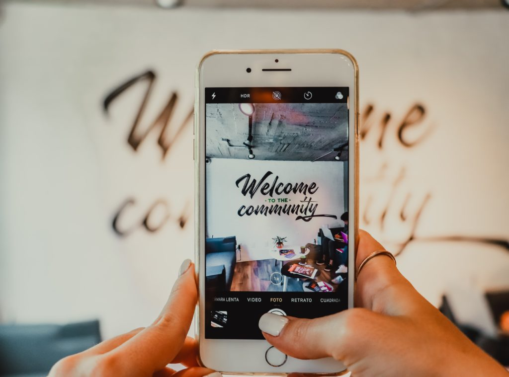 phone-welcome-to-the-community-instagram-alizee-brimont