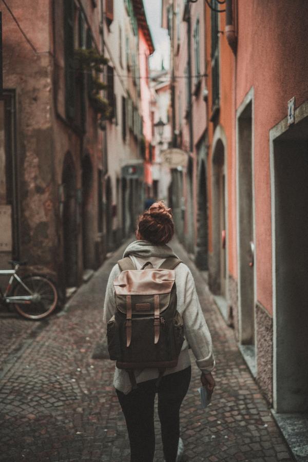 femme-marchant-alizee-brimont